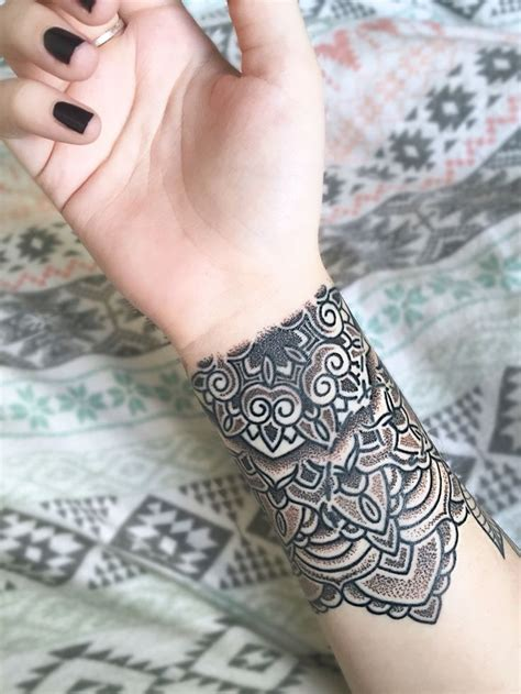 mandala tattoo on wrist best 25 mandala wrist ideas on henna
