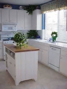 Kitchens With Small Islands 25 Best Ideas About Small Kitchen Islands On Pinterest