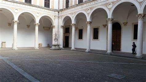 cortile palazzo ducale urbino colonnato cortile picture of palazzo ducale urbino