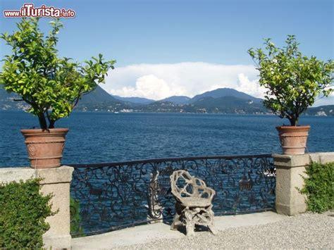 giardini lago maggiore ringhiera panoramica nei giardini dell isola foto