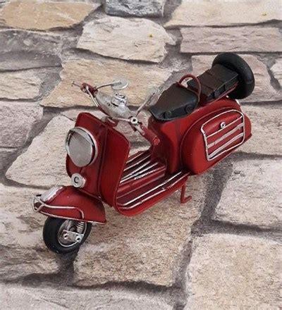 nostaljik metal kirmizi vespa motosiklet