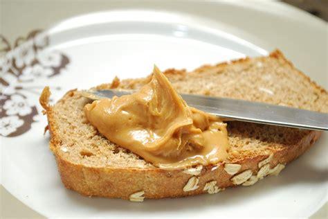 roti gandum olesan selai kacang camilan ringan