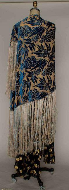 Laris Pashmina Velvet Cutting oversized floral embroidered velvet paisley triangle shawl