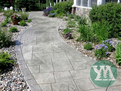 a curved concrete walkway is sted with a