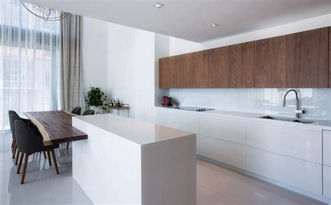 cuisine minimaliste au design contemporain en blanc