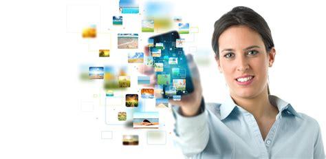 persona con movil ahorra tiempo desarrollando aplicaciones multipress