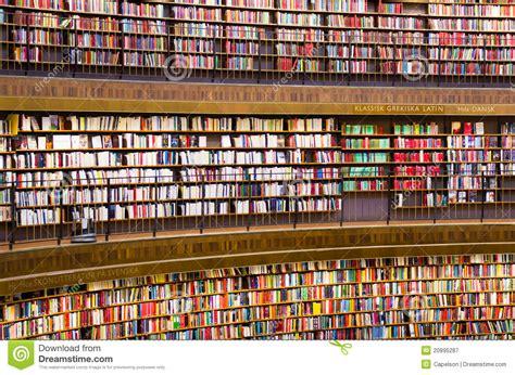 libreria universit libri sugli scaffali per libri in una libreria fotografia