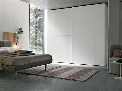 armadio ante scorrevoli bianco armadio laccato bianco a due ante scorrevoli con fresature