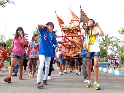 Patung Monyet Emas Memikul Buah Dewa Dan Membawa Uang Yen Pao mengikuti pesta toa pekong panorama magazine
