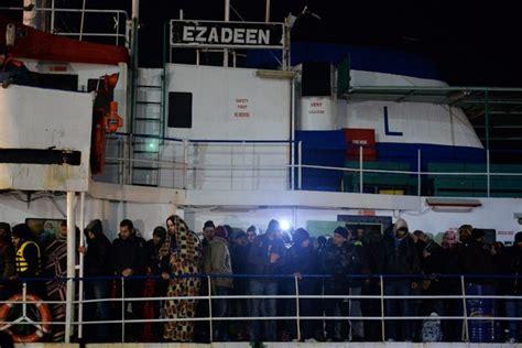 un barco en alta mar letra llegan en italia los 450 inmigrantes del barco abandonado