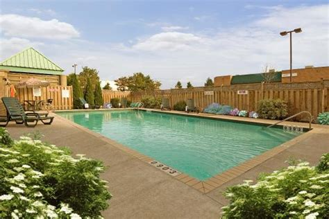 outdoor pool picture of inn mississauga toronto