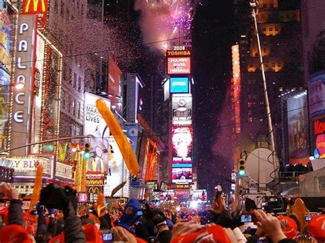 are there bathrooms in times square on nye nueva york miles de personas llegan a times square para
