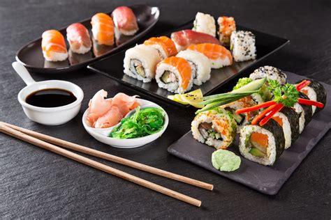 sushi in i sushi chef di sushigold portano i piatti sushi in tutta