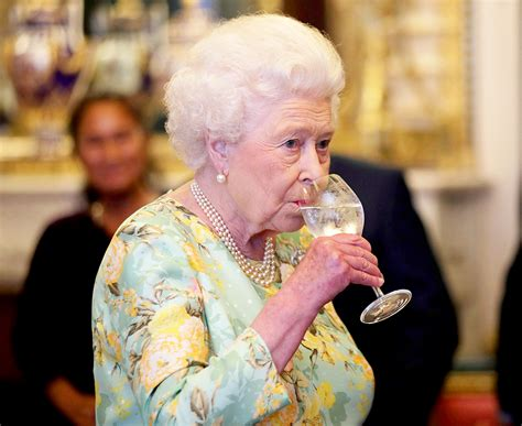 queen elizabeth 2 queen elizabeth ii has four alcoholic drinks every day