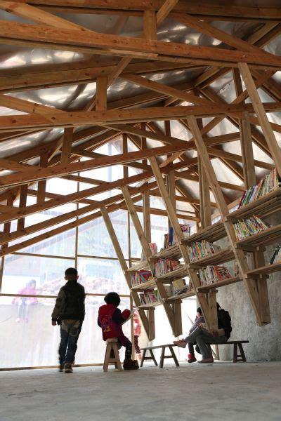 scaffali sospesi the pinch la biblioteca in legno con un tetto come parco