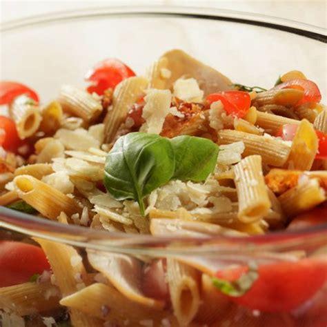 boursin cuisine light lauwwarme pastasalade met kerstomaatjes en gerookte