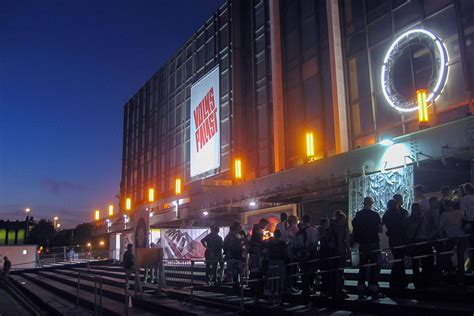 mediapool berlin volkspalast im palast der republik treppen mit menschen