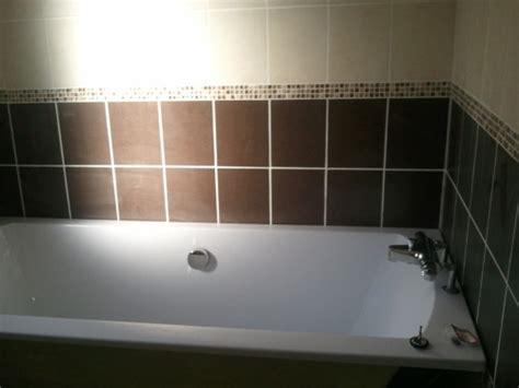 baignoire carrelage comment poser du carrelage autour une baignoire