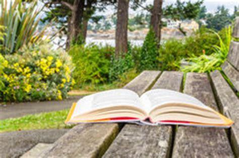 ouvrez le livre avec des fleurs sur le banc photo stock