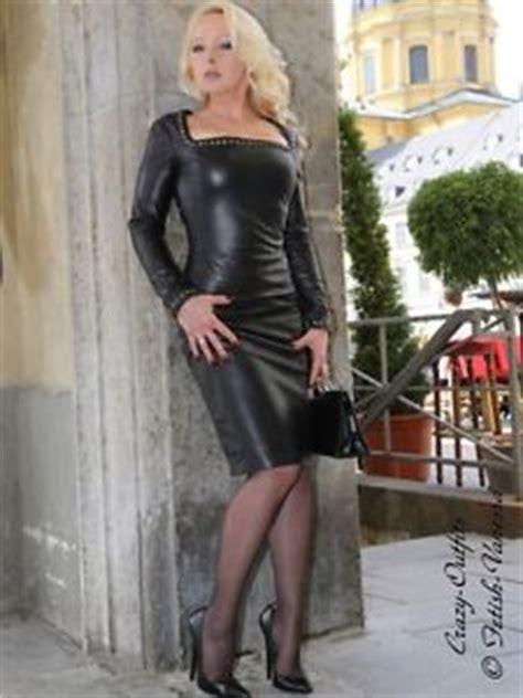 pictures of elderly women wearing shorts tastefully lederkleid leder kleid schwarz knielang nieten glamour
