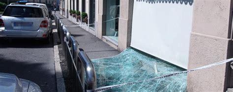 mantovani carate brianza carate brianza con l auto ariete contro la boutique in