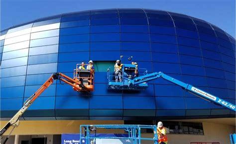 aquarium   pacific installs final glass panel   million expansion