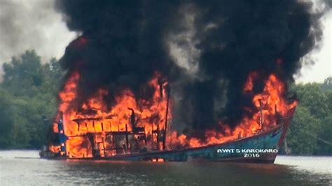 Ayat Ayat Api inilah foto dan peledakan kapal pencuri ikan di