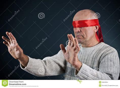 imagenes ojos vendados el hombre con los ojos vendados imagenes de archivo