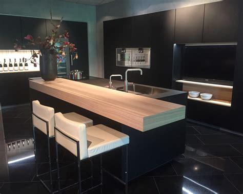 houten keuken met zwart blad zwarte keuken chique en enorm veelzijdig eigenhuis keukens