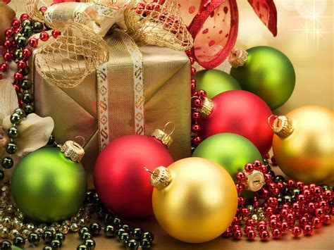 christmas gift decorations red yellow green balls  necklaces picture  christmas desktop hd