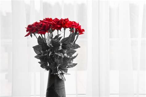imagenes de rosas rojas frescas ramo de rosas rojas frescas en un florero descargar