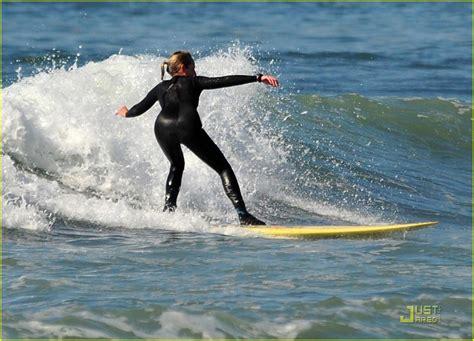 helen hunt surfing helen hunt surf s up photo 2425387 helen hunt