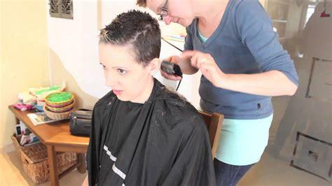 maedchen rasiert sich die haare ab youtube