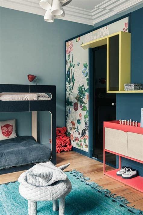 Merveilleux Idee De Chambre Fille #4: chambre-murs-bleu-clair-et-bleu-fonc%C3%A9-chambre-avec-parquet-clair-tapis-blanc.jpg