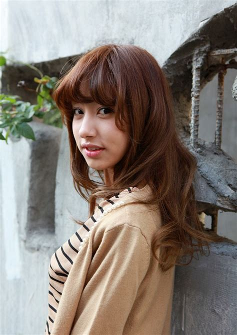 asian hairstyles for women middle asian girls shoulder length wavy hairstyle with full bangs