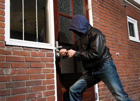 what is the difference between robbery and burglary