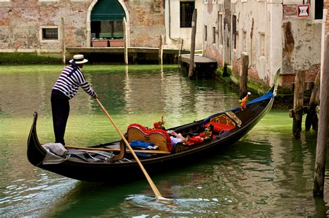 what are the boats in venice called what is a gondola wonderopolis