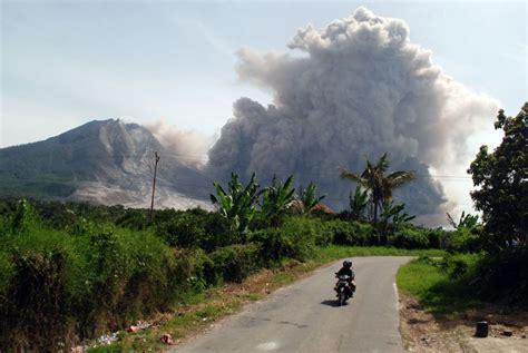 gambar gunung gunung sinabung jpg hari ini gunung sinabung 17 kali erupsi dan semburkan
