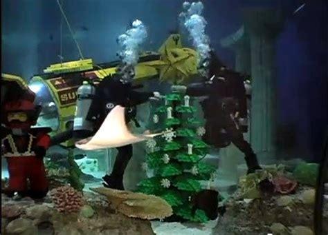 underwater christmas tree decorating  sea life aquarium ca