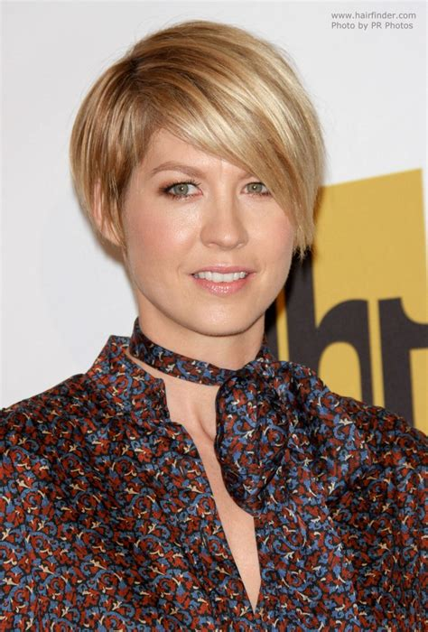 does jenna elfmans hair look better long or short jenna elfman s short hairstyle in between a pixie and a