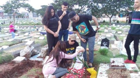 Mukena Soleha Biru usai di pemakaman ibunda lucinta dilarang datang ke