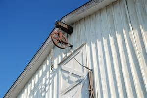 barn hoist stable designed for cross ventilation