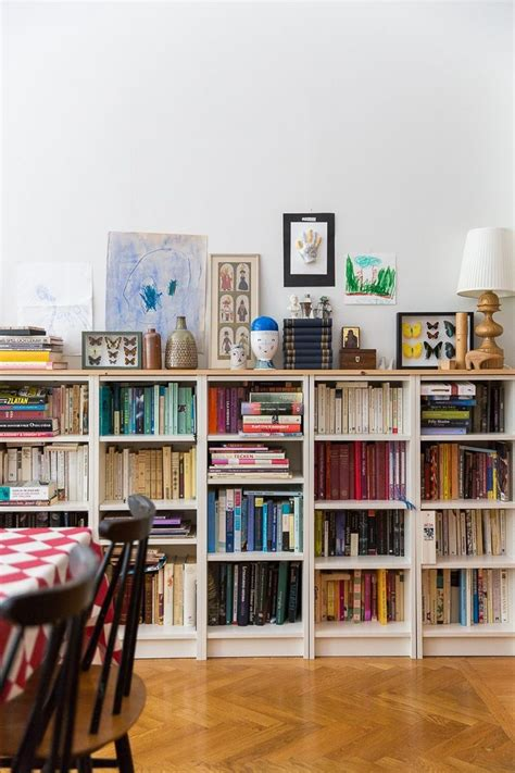 books for decorating shelves le librerie basse sono comode e belle questa immagine ha