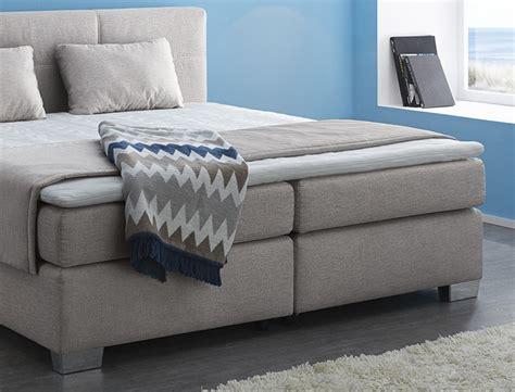 schlafzimmer mit komfortbett boxspringbett evin 180x200 braun beige mit topper kissen