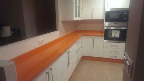 encimeras de cocina compac cocina blanco brillo con encimera compac naranja
