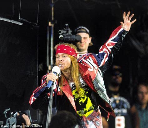 Celana Guns N Roses axl kepergok jalan jalan pakai tongkat kapanlagi