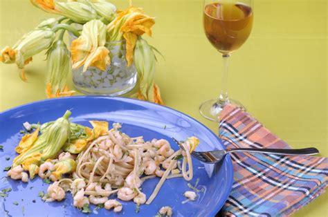 pasta fiori di zucca e gamberetti pasta ai fiori di zucca e gamberetti ricetta