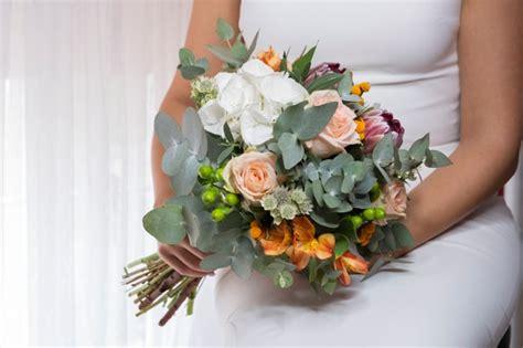 in un vaso di porcellana bouquet di verde e bianche messe in un vaso di