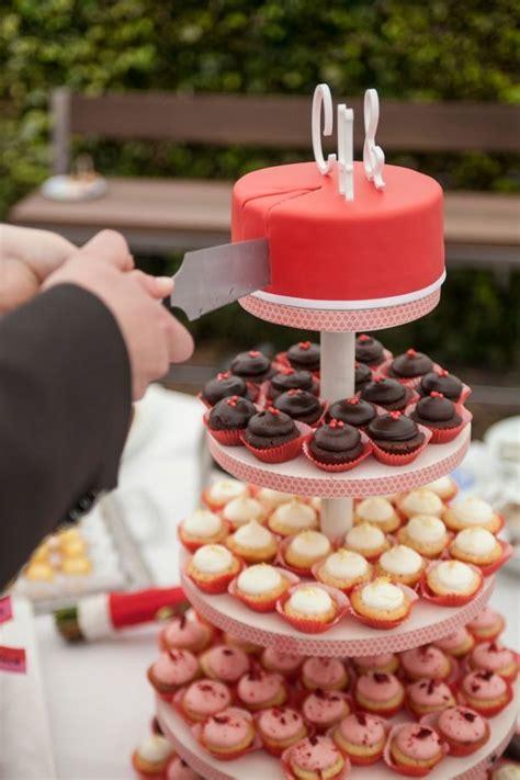 etagere muffins cupcake tower hochzeitstorte mit vielen mini cupcakes auf