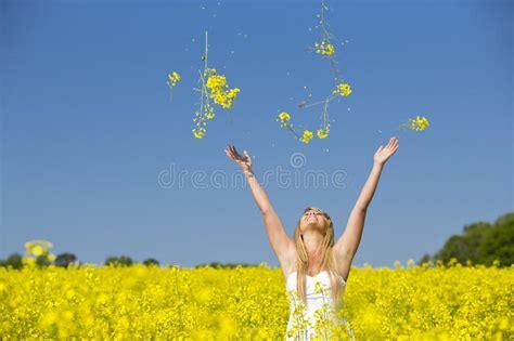 fiori per una ragazza fiori di lancio di una ragazza emozionante in un